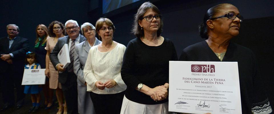 Atentos los finalistas al mensaje de su colega Ana María García Blanco, directora de la organización ganadora del Premio Tina Hills 2017, Instituto Nueva Escuela.